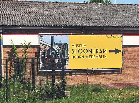 Doek met frame voor de  Museumstoomtram Hoorn-Medemblik
