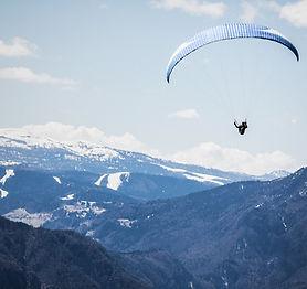 山脈でパラグライダー