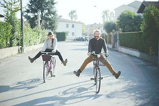 זוג-רוכב-על-אופניים-בכיף