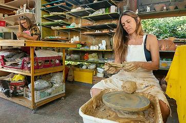 אמנית-מפסלת-בשוק-האמנים-בברלין
