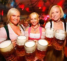 שלוש-נשים-עם-בירה-ביד