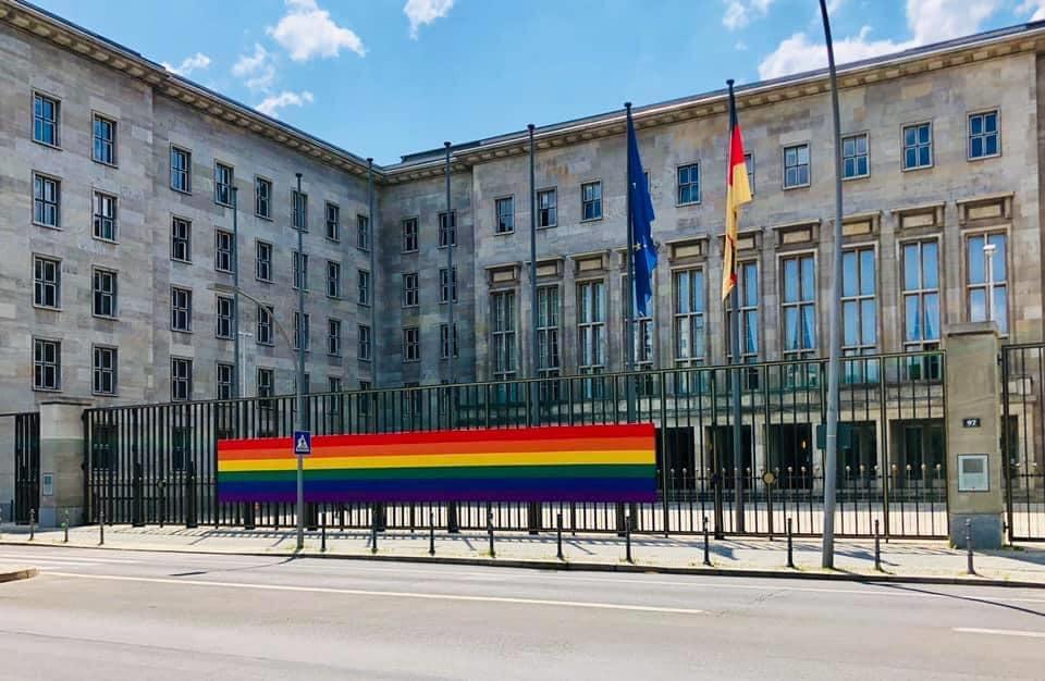 דגל הקהילה הגאה מונף בגאווה בכניסה למשרדי האוצר הגרמני בברלין