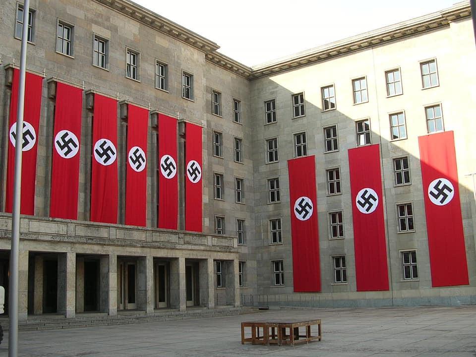 דגלים נאצים מעטרים את בנין חיל האוויר הגרמני