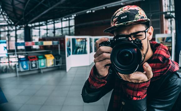 בחור-מחזיק-מצלמה-של-סוני