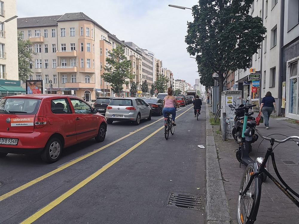 רוכבת-אופניים-בשביל-מורחב-בברלין