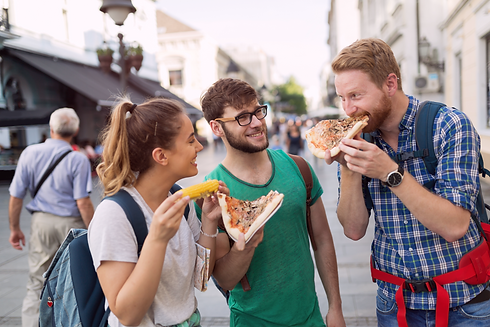 שלושה-צעירים-אוכלים-פיצה