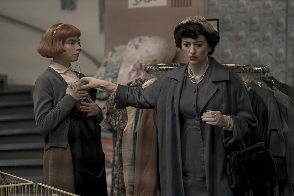 שתי נשים בחנות בגדים