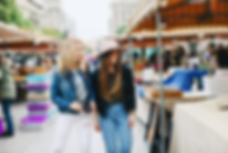 שתי-בנות-צעירות-בשוק-פשפשים-בברלין