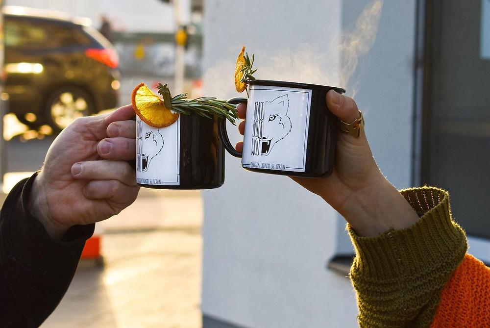 זוג ידיים מרים לחיים עם כוסות של גלווין