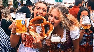 שתי-בנות-אוכלות-בייגל-ושותות-בירה