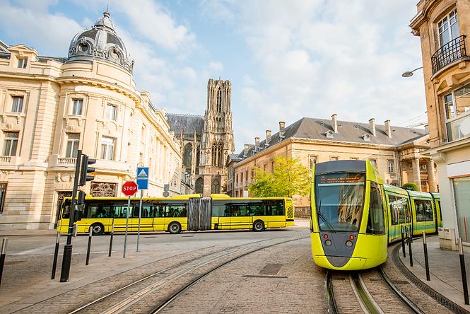 רכבת חשמלית ואוטובוס צהובים תוך כדי נסיעה בברלין