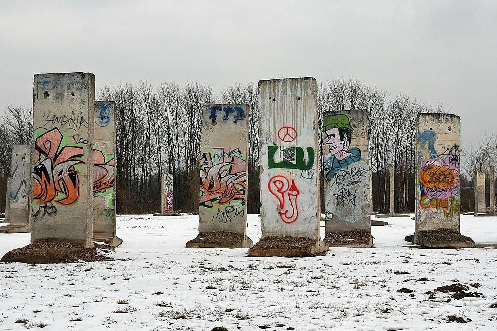 חלקים מחומת ברלין בשלג