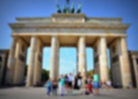 brandenburg-gate-with-turists.jpg
