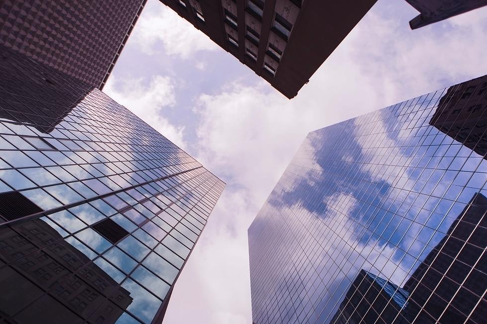 תצלום-של-בנין-משרדים-מלמטה-לכיוון-השמיים