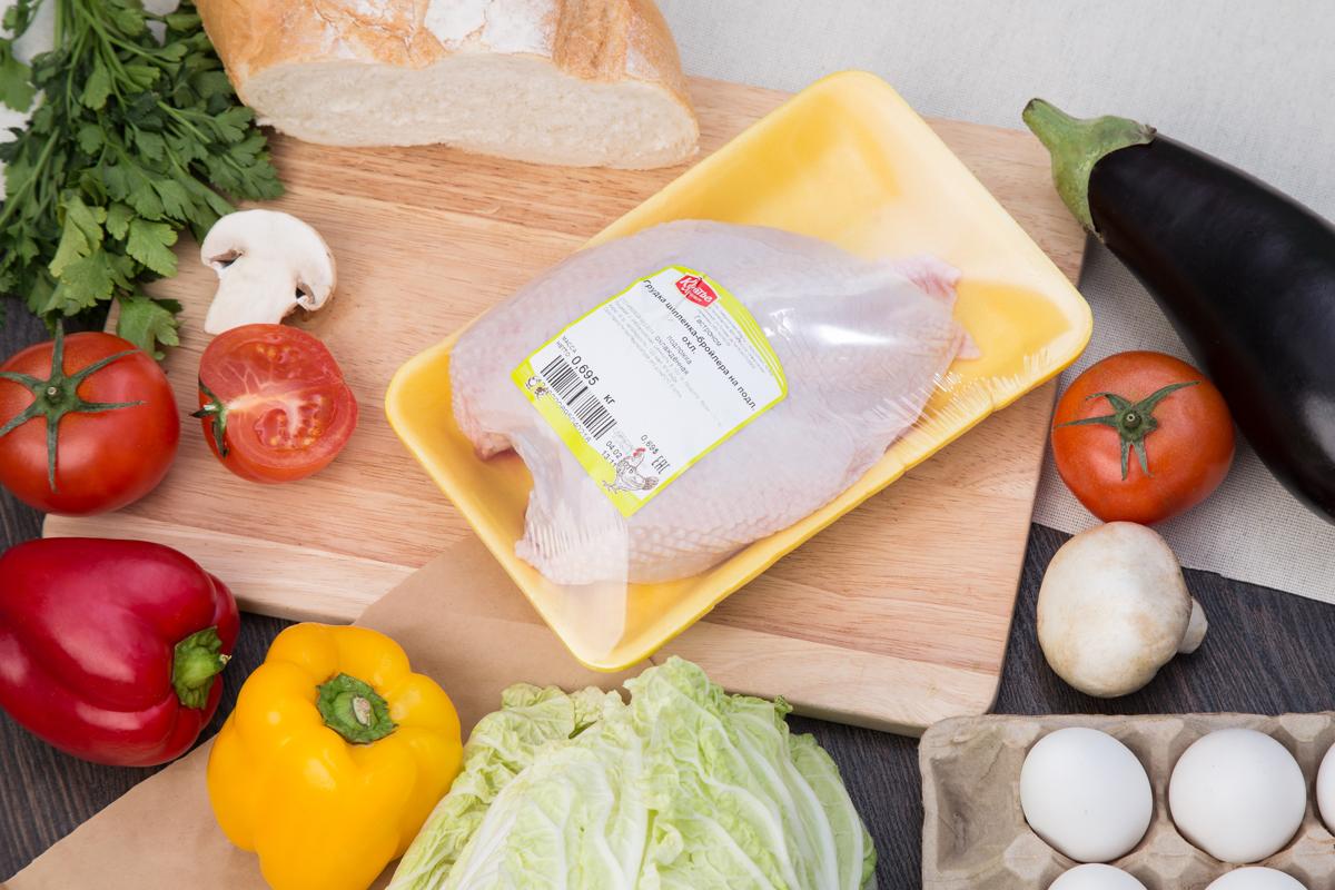 Грудка цыпленка-бройлера на подложке
