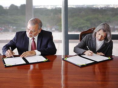 Ministra Cármen Lúcia assina acordo contra corrupção com a Transparência Internacional