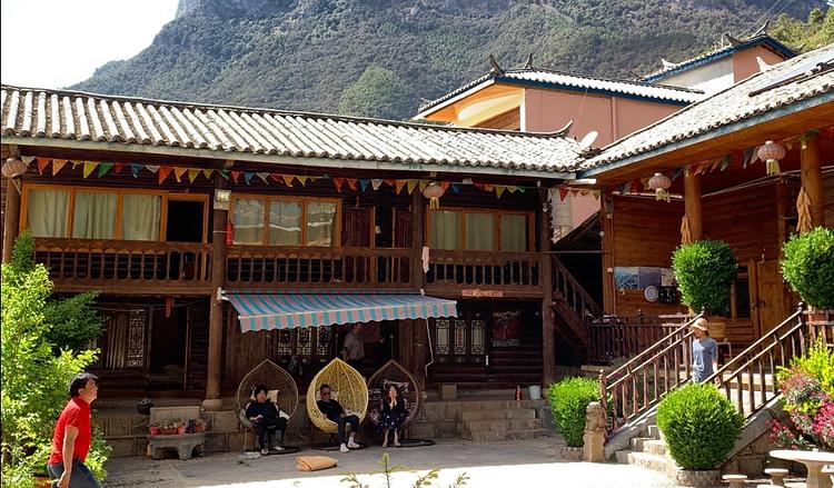11_泸沽湖沿岸里格村的摩梭院落.png