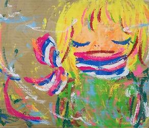 段ボールやキャンバスに筆を使わず手指でペインティングする独特の手法。そして作風はカラフルで可愛らしさがある中に、大きくシンボリックな独特な目つきの少女をモチーフにした作品を多く描いているロッカクアヤコ。そんな彼女の作品が市場でも評価されてきている。