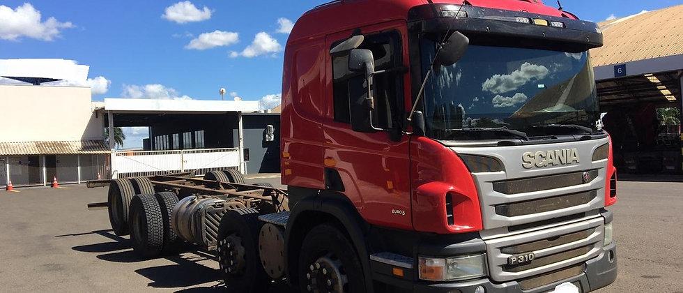 Scania P 310 - 2013 - 8x2 - Manual - Leito