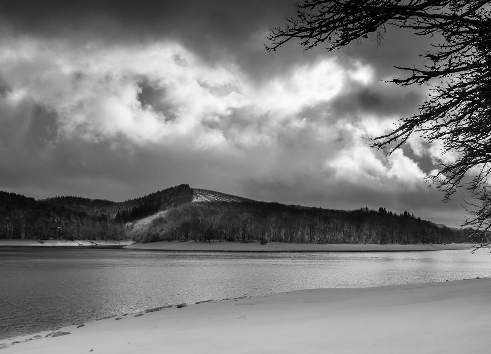 Lac de Chaumeçon enneigé