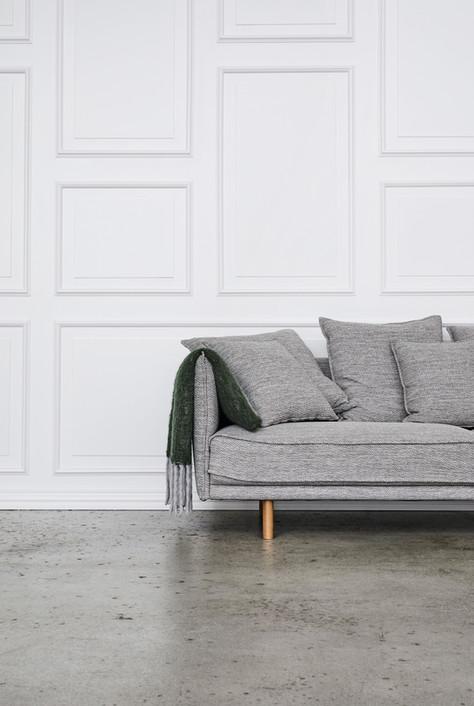 006_Panelvæg_og_betongulv_med_regi_sofa.