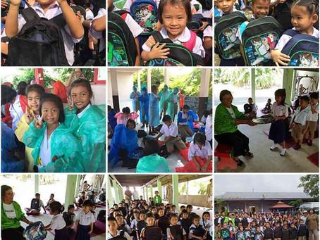 การบริจาคกระเป๋าและเสื้อกันฝนให้กับนักเรียน