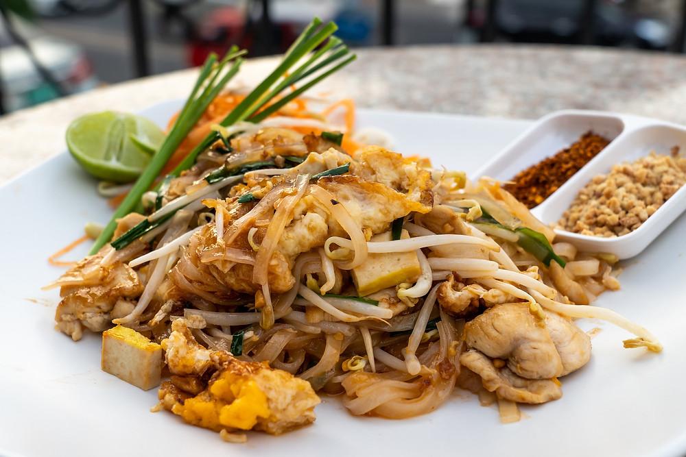 foto de uma prato de Pad Tahi, comida tradicional da Tailândia