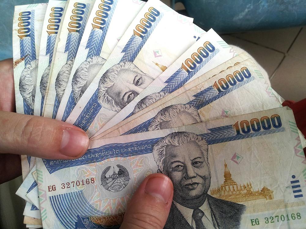 Foto de 9 notas de 10000 Baht Tailândes, moeda tailandesa