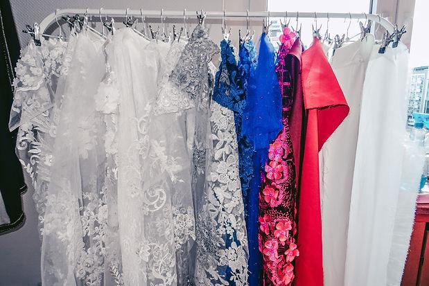 Brautkleider auf Ständer hängend | Brautkleid XXL günstig