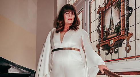 Dame in weißem Kleid | Brautkleid XXL | Brautkleider große Größen