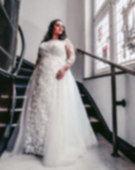 Dame in weißem Brautkleid   Brautkleid XXL