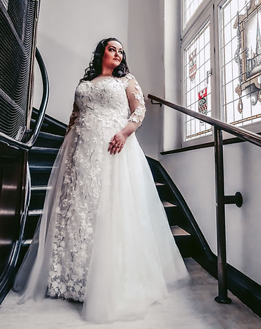 Dame in weißem Brautkleid | Brautkleid XXL