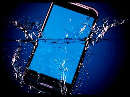 Votre smartphone  tombe à l'eau : Voilà comment réagir !