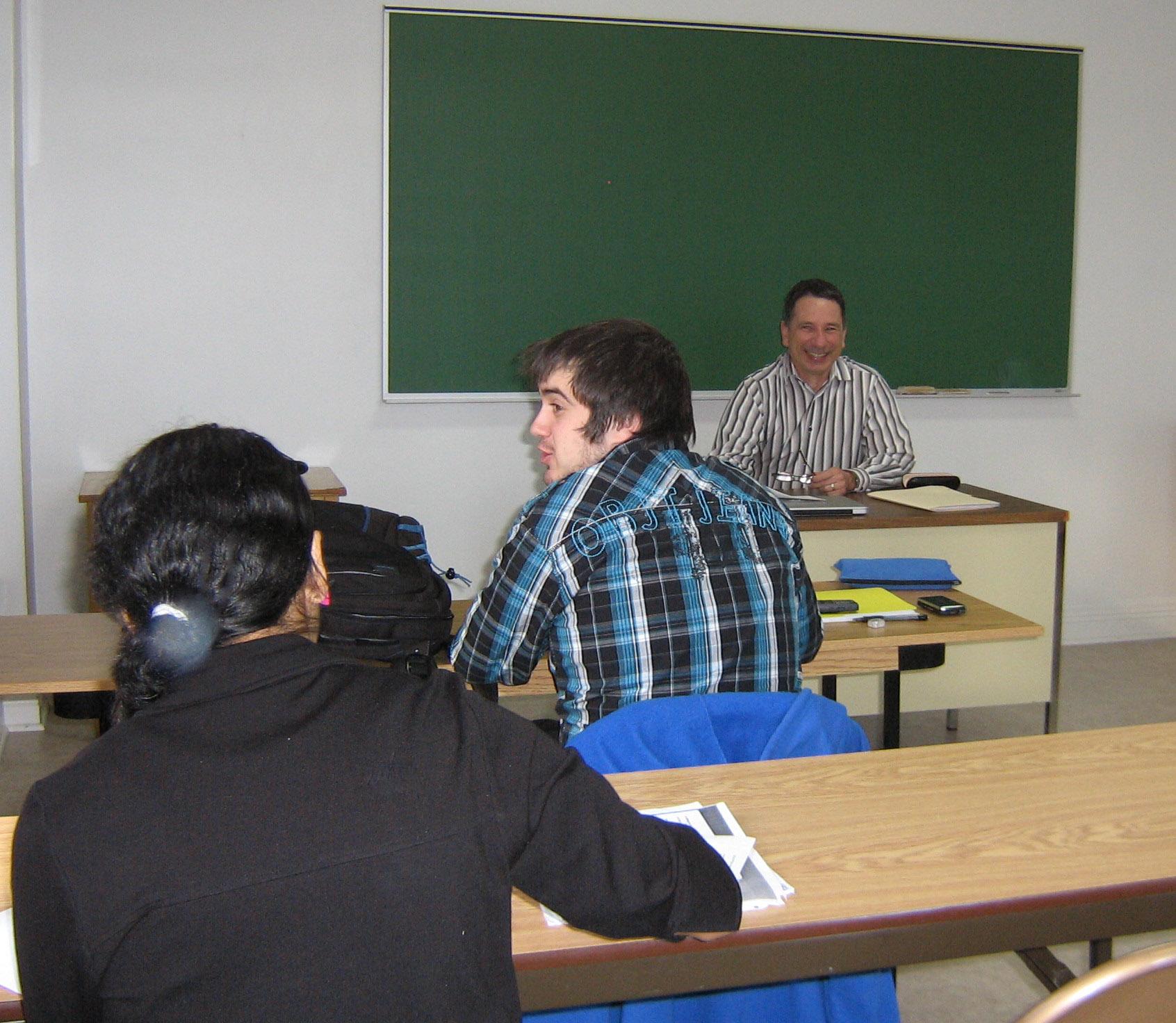 Denis Petitclerc enseignant un cours de théologie au Centre