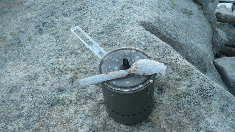 Guten Morgen! Der Löffel ist am Kochtopf festgefroren!