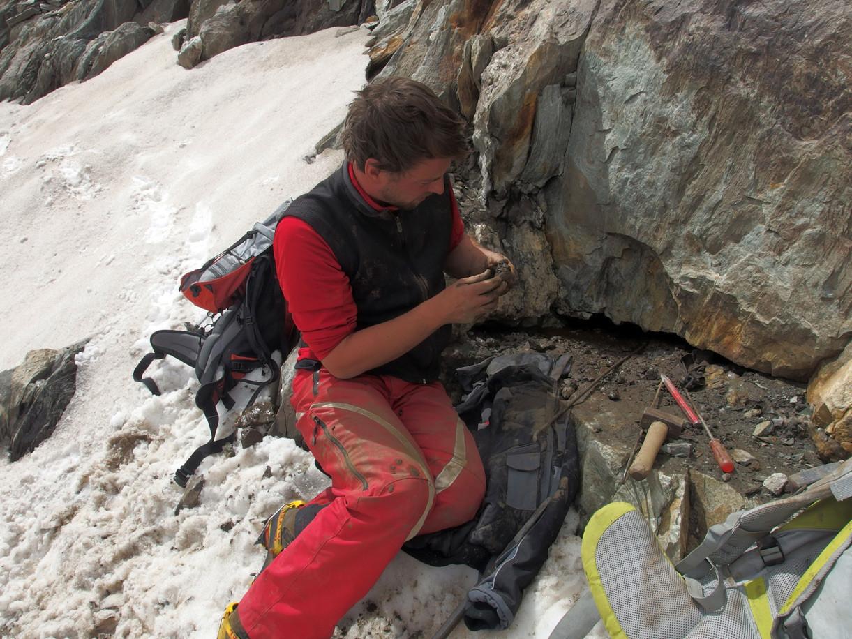 Eine schmale Kluft mit schönen Bergkristallen und Calcit, der Fels ist allerdings so massiv, dass die Ausbeutung auf nächsten Sommer verschoben werden musste.