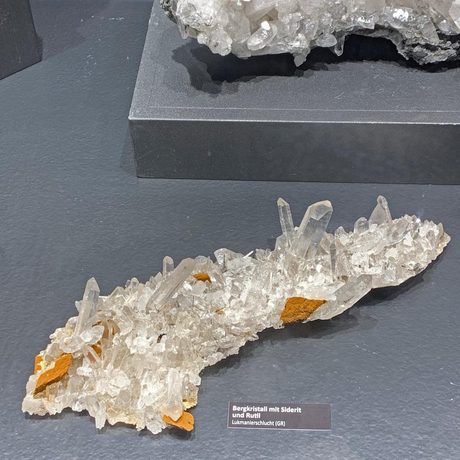 Bergkristall mit Siderit und Rutil von der Lukmanierschlucht