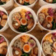東京駅前のオフィスビルにお弁当のお届けに。__ノンフライパン粉焼きのエビにはカシ