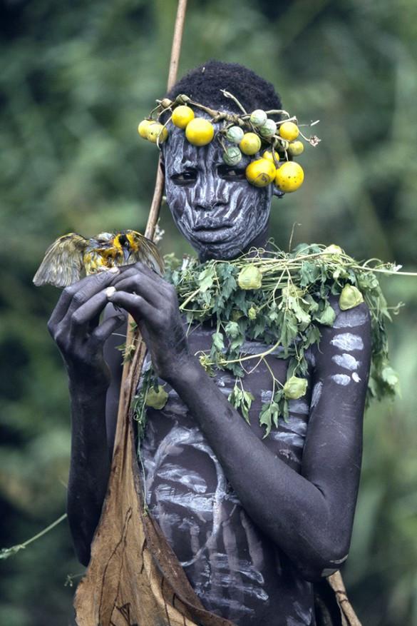 Les Surma privilégient les ressources végétales et les peintures corporelles  © Hans Silvester