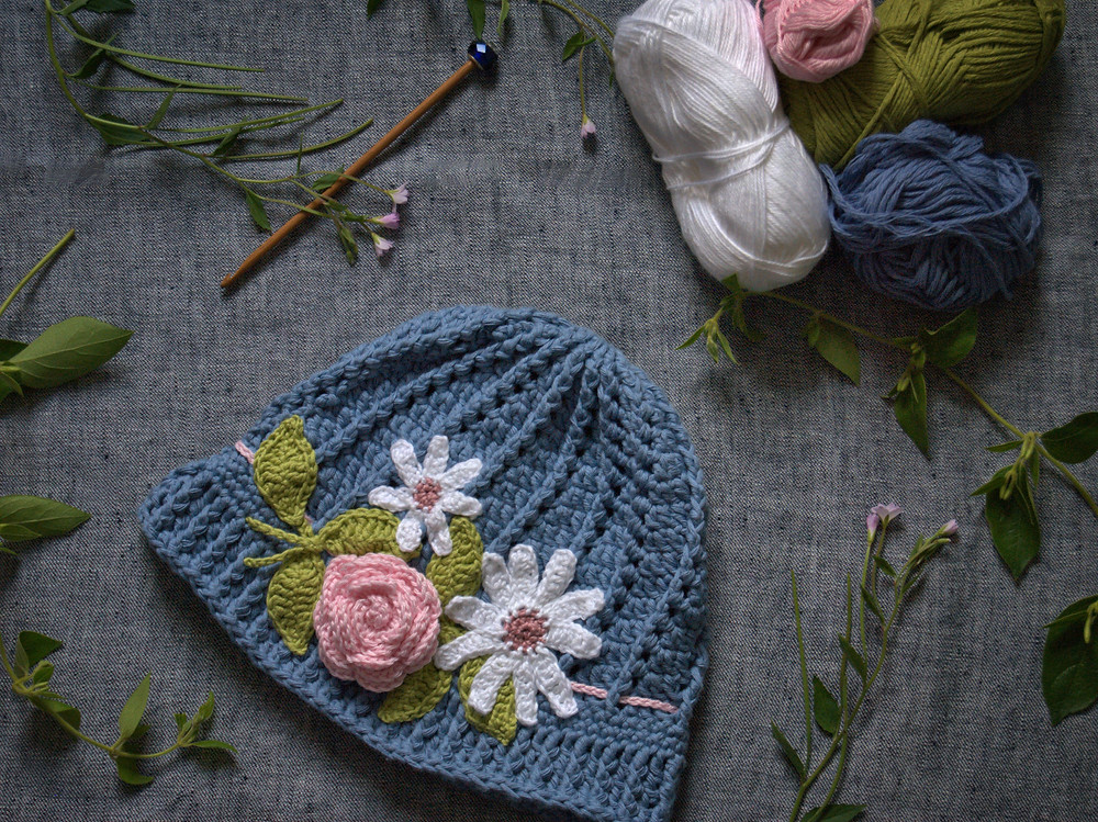 Crochet summer hat with flowers