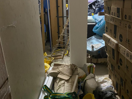 Em fiscalização na Semed, Leonardo Dias encontra fardamentos em sacos de lixo e outros desperdícios
