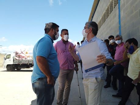 Leonardo Dias discute situação do almoxarifado e prédios da Educação com secretário municipal