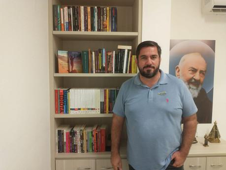 Leonardo Dias cria biblioteca para empréstimos de livros no próprio gabinete
