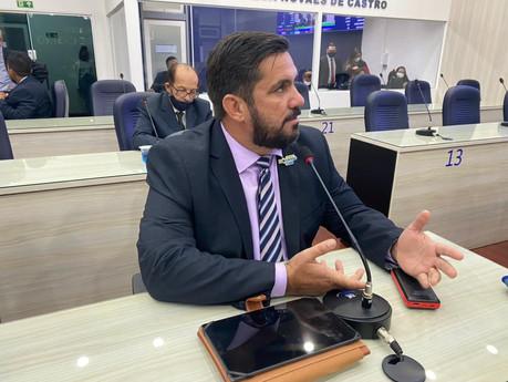 Leonardo Dias se coloca à disposição e critica politização de discussão sobre nome de praça
