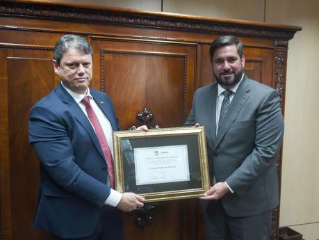 """""""É uma renovação de compromisso com Maceió e Alagoas"""", diz ministro Tarcísio ao receber título"""
