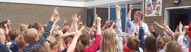 Maurits van Huijstee (Diego Zonnesteek) op het schoolplein van de Duyvencamp
