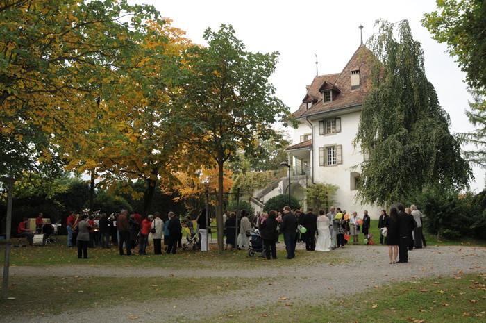 Gruppenfoto mit Schloss Münsingen (Foto: Regula Kormann)