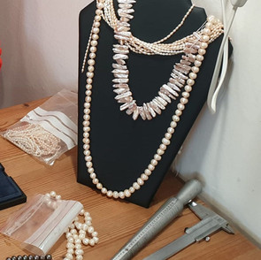 Réalisation sur mesure de colliers en perles de culture et d'eau douce.