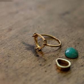Réparation et mise en place d'une pierre sur une bague en or.