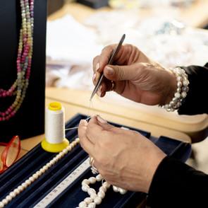 Réenfilage de tout type de colliers en perles et en pierres précieuses ou semi précieuses.